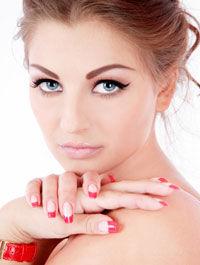 Sunt unghiile false periculoase?