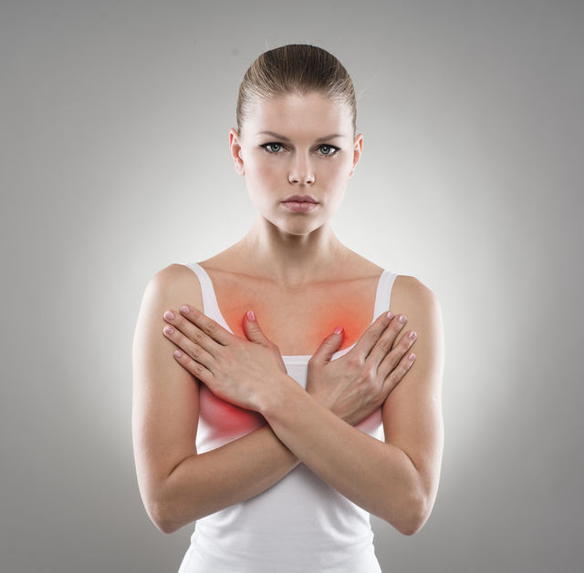 Femeie care are durere de sani