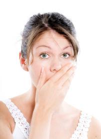 4 riscuri la care te supui dacă stomatologul îţi greşeşte implantul dentar