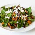 Salată de spanac cu prune şi brânză de capră