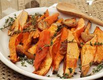 Reţeta zilei: Cartofi dulci la cuptor cu cimbru şi coriandru. Săraţi şi crocanţi
