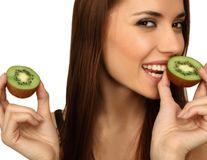 Dr. Oz: 8 lucruri pe care nu le ştii despre kiwi. Descoperă la ce te ajută!