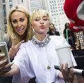 Miley Cyrus și mama ei s-au pozat cu limba scoasă