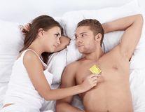 Sex cu prezervativ sau fără? Cum îl convingi să-l folosească şi la ce ajută?