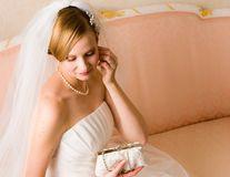 8 lucruri de care ai absolut nevoie în ziua nunţii. Ce să nu-ți lipsească din poșetă