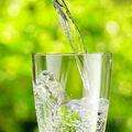 4 mituri false despre apă. Specialistul te învaţă să alegi corect