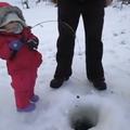 VIDEO: O fetiţă de doi ani prinde un peşte la copcă