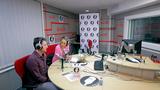 Andreea Esca face emisiune de radio