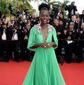 Actriţa Lupita Nyong'o a făcut senzaţie în prima seară a Festivalului într-o rochie verde fistic, plisată, cu decoraţii...