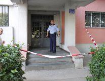 Incident şocant, în Capitală: O femeie şi-ar fi aruncat copilul de la etaj, apoi s-ar fi sinucis