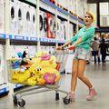 Cum se imbraca la cumparaturi in hipermarket Carmen Negoita