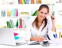 Casa ta. 6 obiecte necesare care îţi menţin biroul organizat