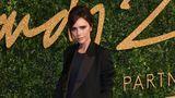 Fără zâmbet şi fără o mână: Victoria Beckham îşi ascunde braţul drept în poze