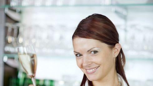 Femeie cu pahar de vin
