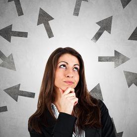 Femeie care se gandeste la schimbarea carierei
