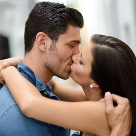 Indragostiti care se saruta