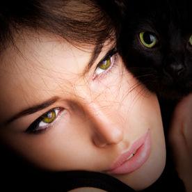 Fată cu pisica neagră