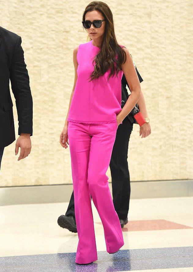 Victoria Beckham intr-o tinuta roz aprins