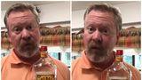 Tatăl unei fete a găsit o sticlă de whiskey în dulapul ei. Reacţia lui e genială!