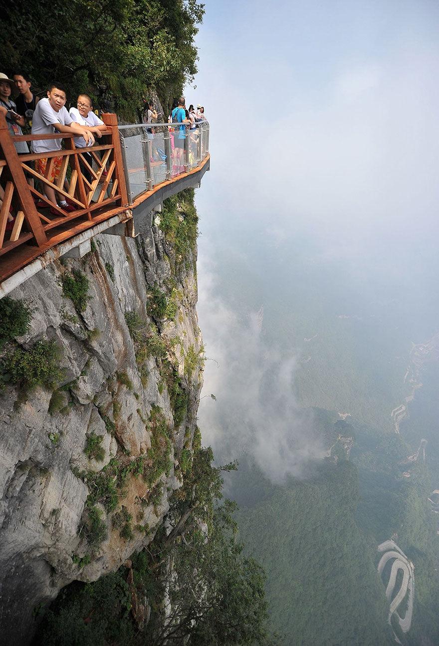 Turisti plimbandu-se pe pasarela de sticla