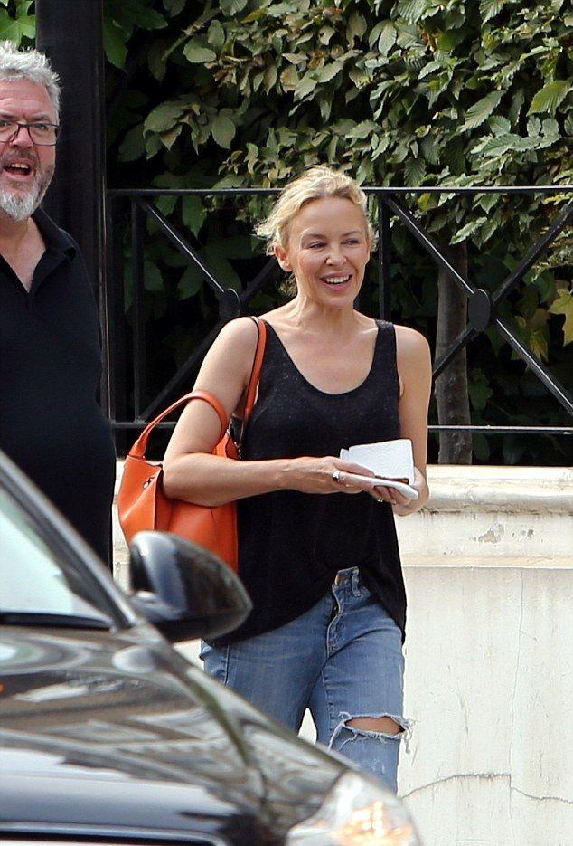 Kylie Minogue, la doi paşi de 50 de ani: Fără machiaj, dar tot frumoasă