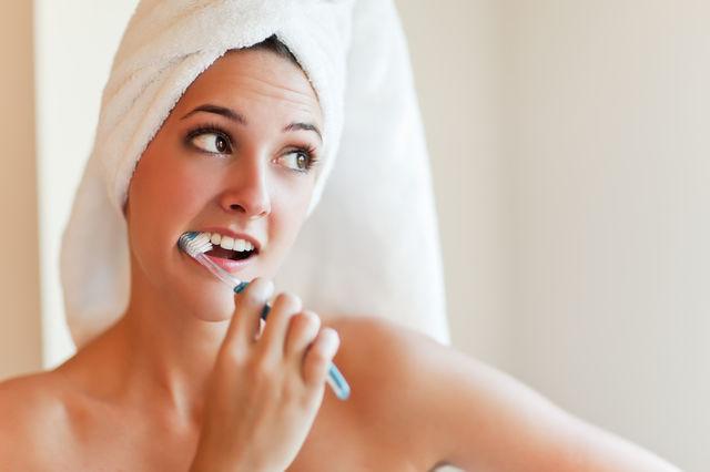 Femeie care se spala pe dinti