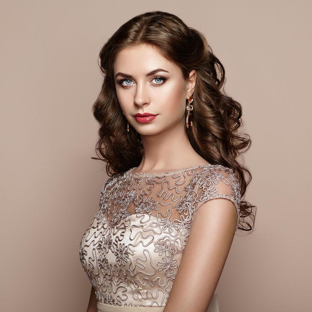 Cum îți alegi coafura în funcție de rochie