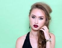 7 trucuri de machiaj pentru o frunte mai mică
