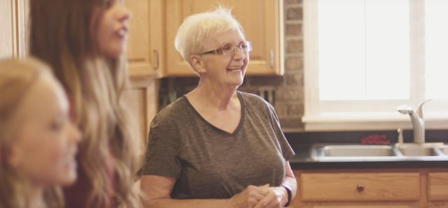 Femeia care a adoptat 35 de copii