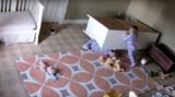 Un băiețel de doi ani și-a salvat fratele geamăn prins sub un dulap. Imagini incredibile