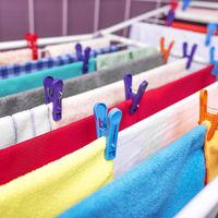 La ce riscuri te expui dacă usuci hainele în casă