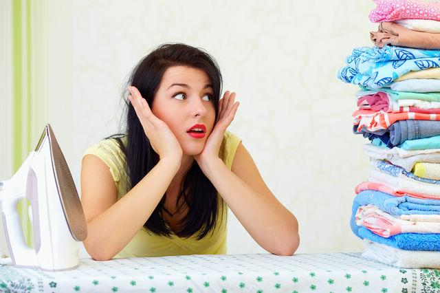 5 metode simple să scapi de cutele de pe haine fără să le calci