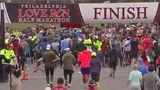 De asta e frumoasă alergarea: Trei bărbaţi au ajutat o concurentă să treacă linia de sosire - VIDEO