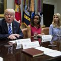 Mister la Casa Albă: De ce simte Trump nevoia să rearanjeze mereu lucrurile din faţa sa? - VIDEO