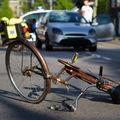 Cum a aterizat un ciclist după ce a fost lovit de o maşină - VIDEO