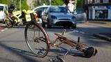 Noroc incredibil: Cum a aterizat un ciclist după ce a fost lovit de o maşină - VIDEO