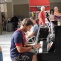 Doi tineri care nu se cunoşteau cântă la pian într-o gară: Improvizaţia lor a stârnit ropote de aplauze - VIDEO