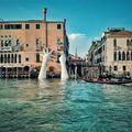 Avertismentul transmis de mâinile uriaşe care ies din canalele Veneţiei