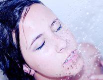 5 beneficii uimitoare ale duşului cu apă rece