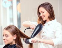 Ce întrebări ar trebui să îi pui hair-stilistului tău