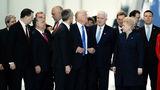 Gest șocant: Donald Trump a împins un politician pentru a se așeza în fața lui