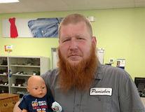 Bărbatul care a plecat la cumpărături cu o păpuşă: Povestea lui e impresionantă