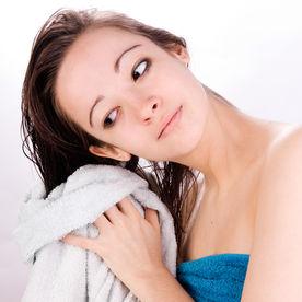 Cum să-ți usuci părul mai repede, fără foehn. 4 trucuri