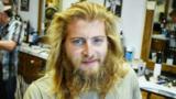 Transformarea uimitoare a unui tânăr cu plete şi barbă. Frizerul l-a făcut de nerecunoscut