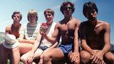 Incredibil cum trece timpul: 5 prieteni şi aceeaşi poză de-a lungul anilor