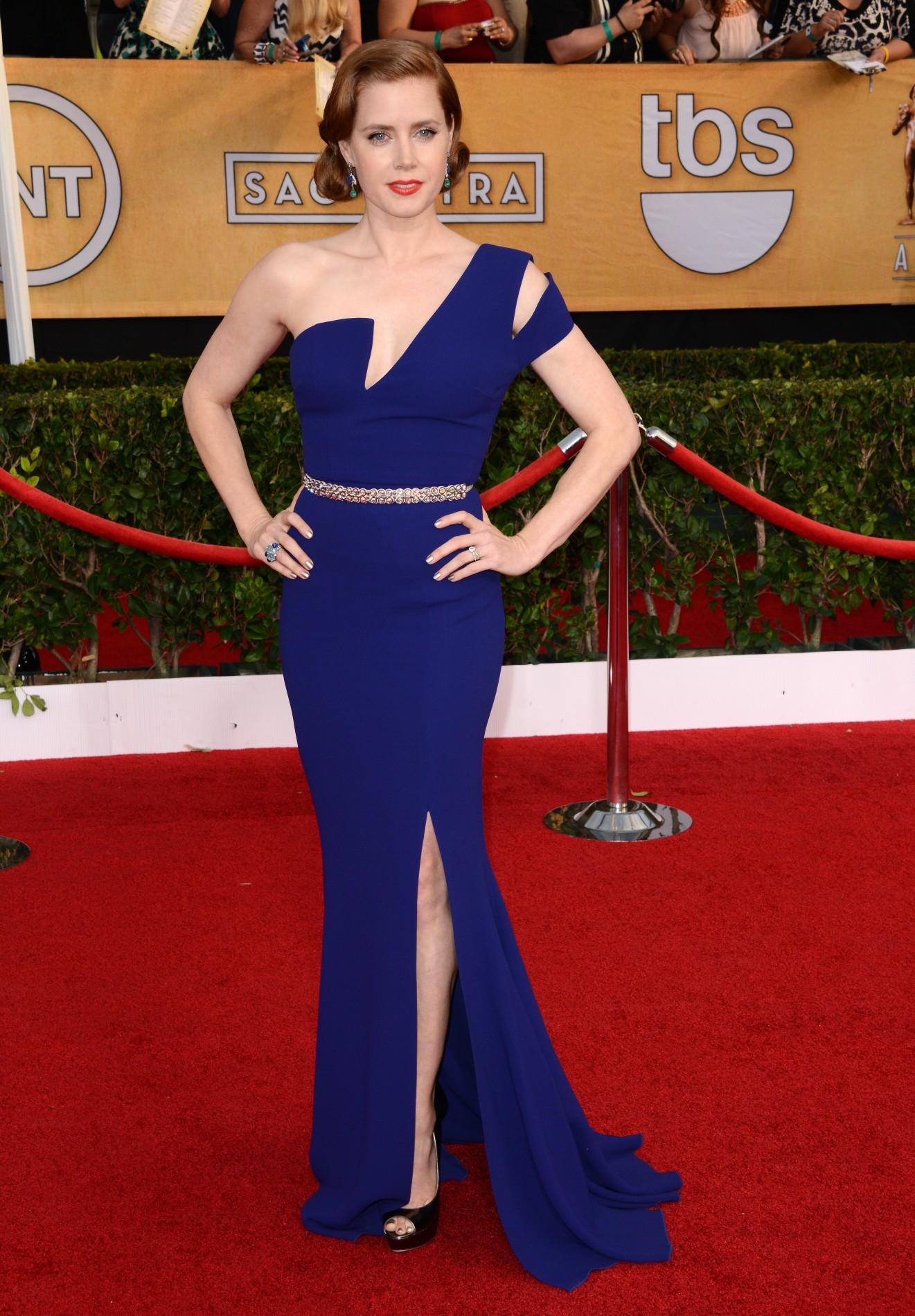 Moda. Cum poarta vedetele rochia asimetrica. Inspira-te din stilul lor!