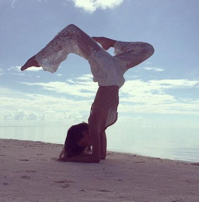 "O fata ""sucita"": Miranda Kerr îti arata cum sa faci yoga pe plaja"