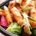 Salata calda de paste penne cu legume
