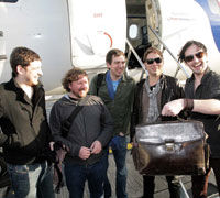 "Snow Patrol lanseaza ""Crack the Shutters"""