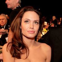 """Angelina Jolie este """"curtata"""" de fostul sot"""